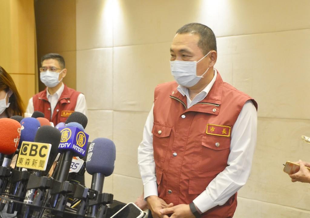 New Taipei City Mayor Hou Yu-ih (right) announced new measures against the virus Wednesday