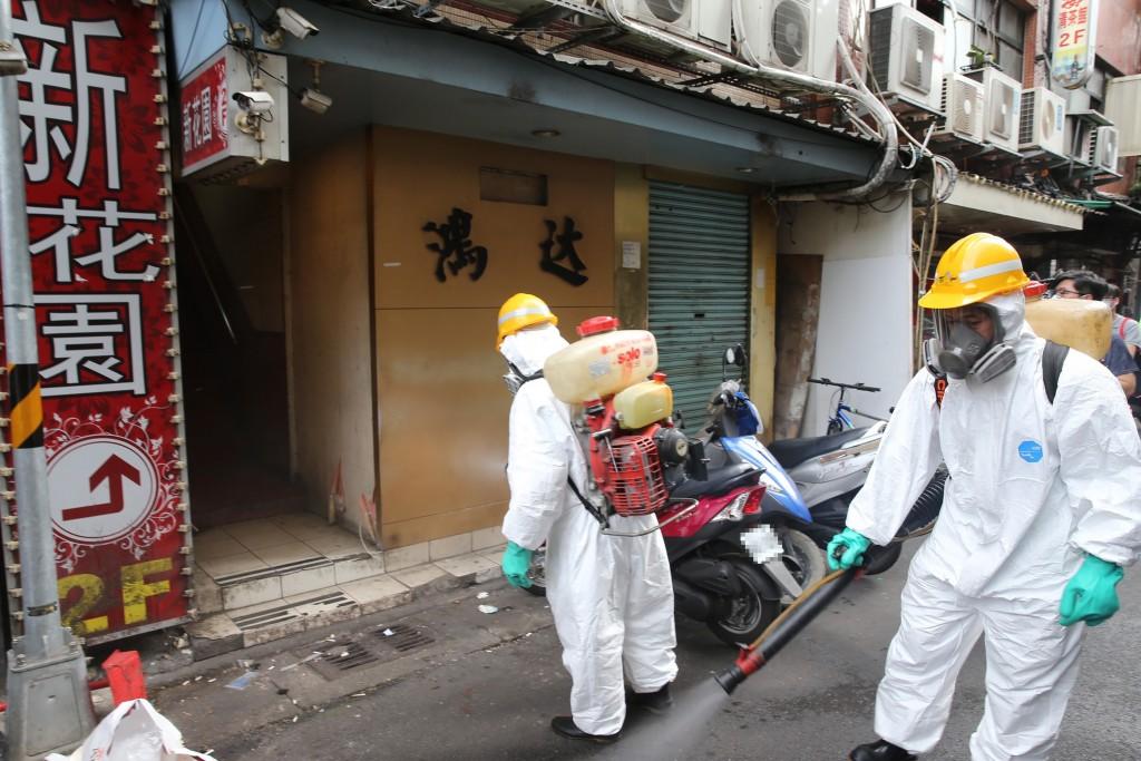 DEP workers disinfect area outsideHongda Tea House in Taipei's Wanhua District.