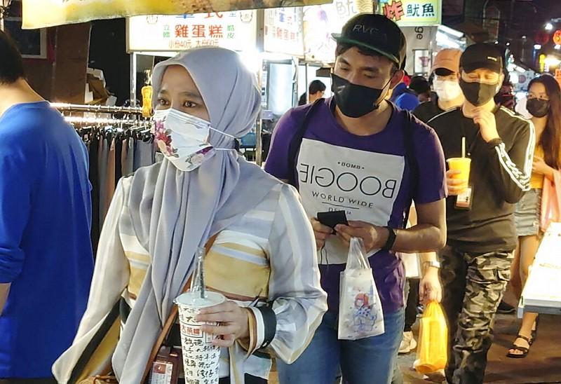台北夜市民眾戴口罩防染疫(圖/美聯社)