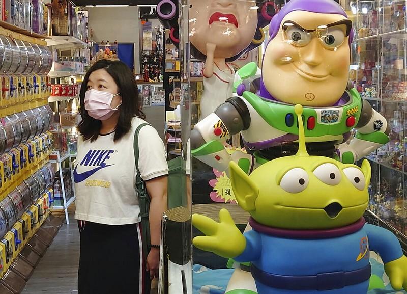 台北夜市民眾戴口罩防疫(圖/美聯社)