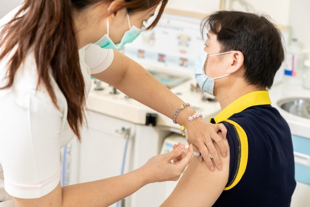國內疫情升溫,14日的單日AZ疫苗接種達到3萬2351人,創3月22日開放接種以來新高。陳時中宣布,即起暫停自費疫苗接種預約。