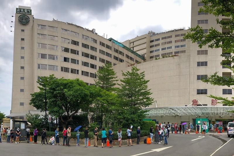 新北市板橋區亞東醫院爆發院內傳染案件,院方17日表 示,急診病患住院前均需進行PCR篩檢及擴大急診戶外 工作區與PCR篩檢服務,室內進行...
