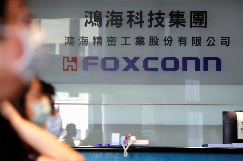 People wear masks to protect themselves from COVID-19 at Foxconn's office in Taipei. (Reuters photo)