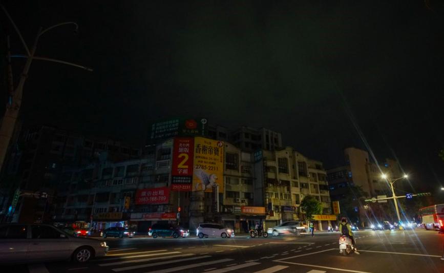 台灣517再度停電!(圖為台北市民權東路六段與瑞光路口晚間9時許停電/中央社)