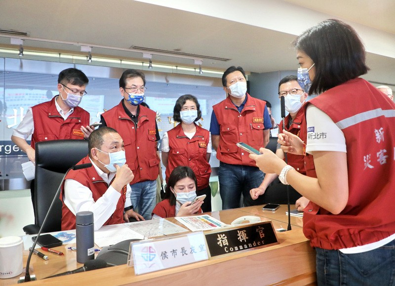Mayor Hou (front left)