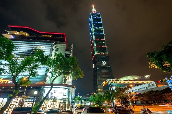 Taipei 101 Shopping Mall temporarily suspends operations due to local COVID outbreak.