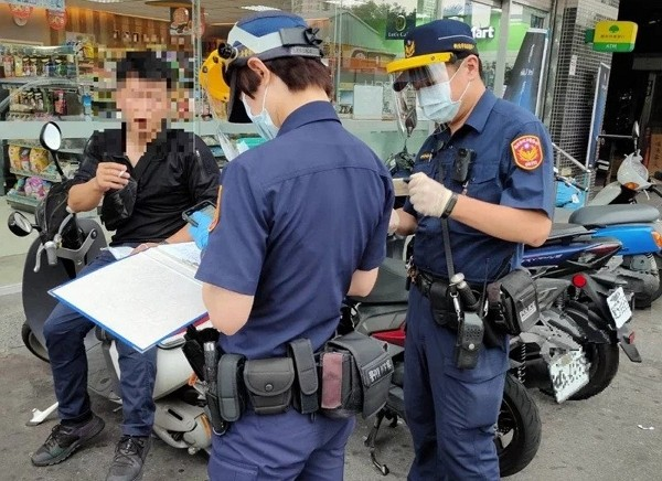 Police officers enforce outdoor mask wearing rule in New Taipei. (New Taipei City Police photo)