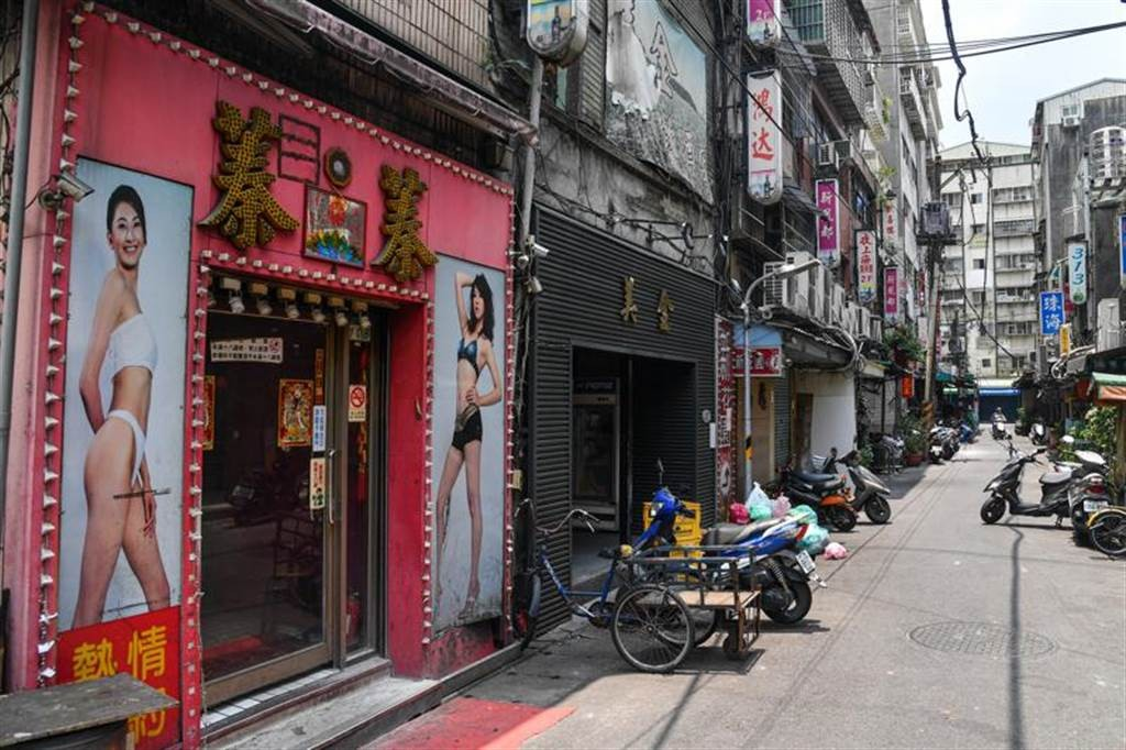 疫情升溫,本土案例持續增加,台北市萬華區茶街上空無一人。(圖/中央社)