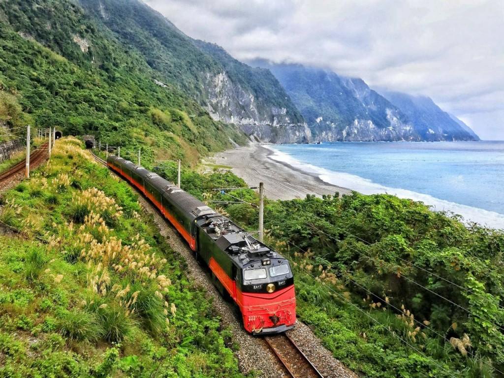受新冠肺炎影響,台鐵局21日起將停駛觀光列車、平日各級列車25列次、假日各級列車40列次。(圖/台鐵)