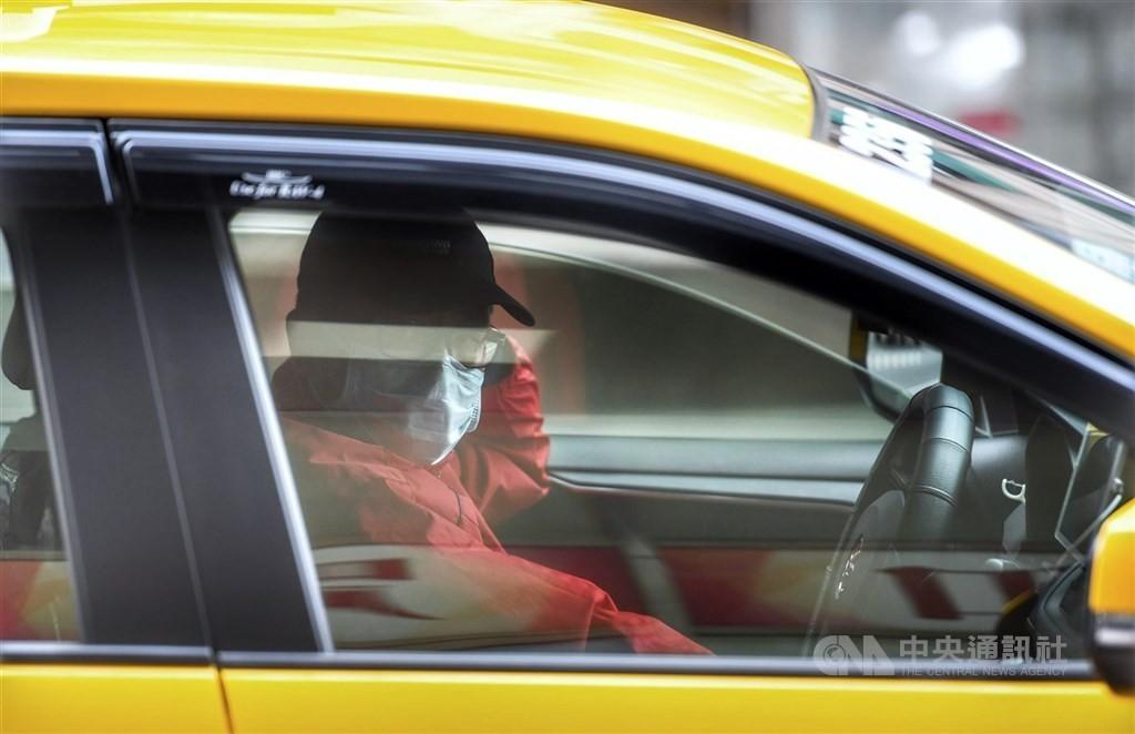 指揮中心21日宣布,獨自開車不用戴口罩,但2人以上共乘不戴口罩者將罰。