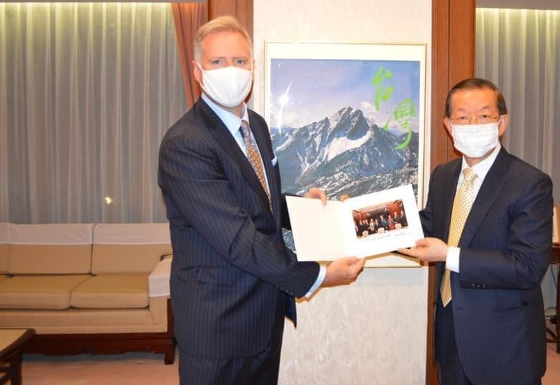 U.S.Embassy in JapanCharges d'Affaires Joseph Young (left) and Taiwan envoy to Japan Frank Hsieh