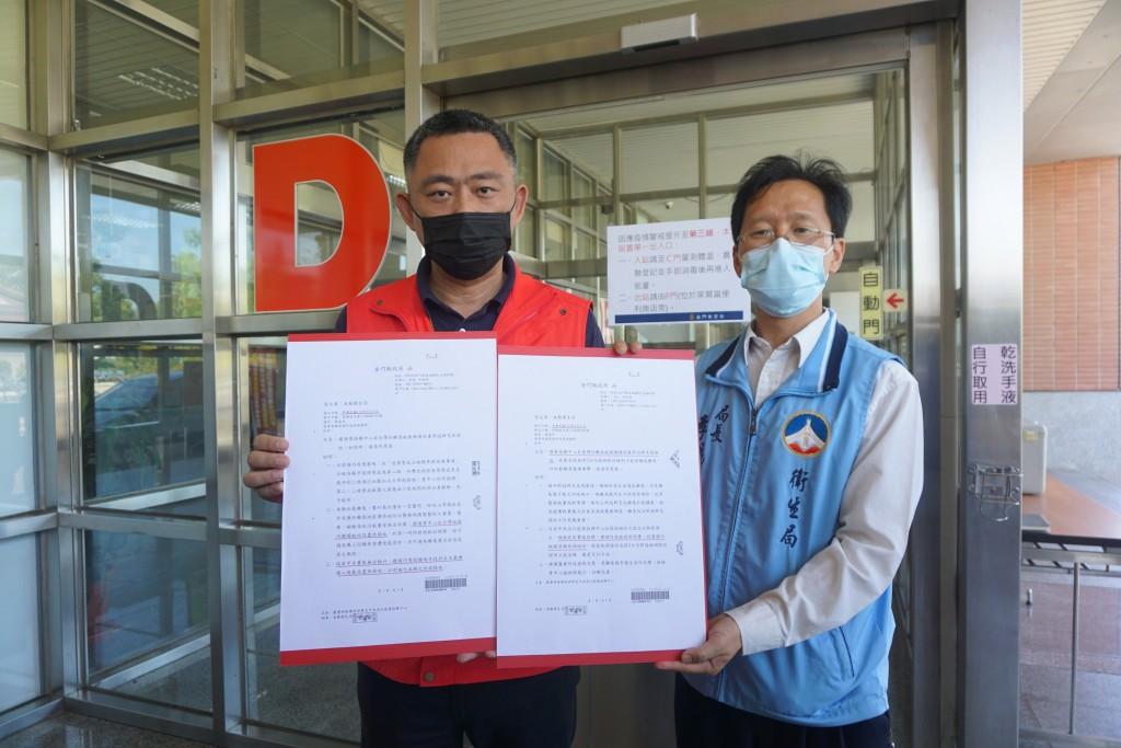 金門縣長楊鎮浯(左)、衛生局長李錫鑫(右)日前多次請求於台灣機場端設立快篩站,但遭中央駁回,直到25日晚間中央終於讓步了。