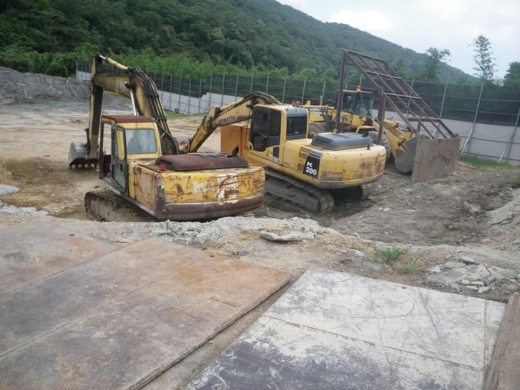 楊姓業者利用機械除草名義違規堆積土石。(照片由新北市農業局提供)