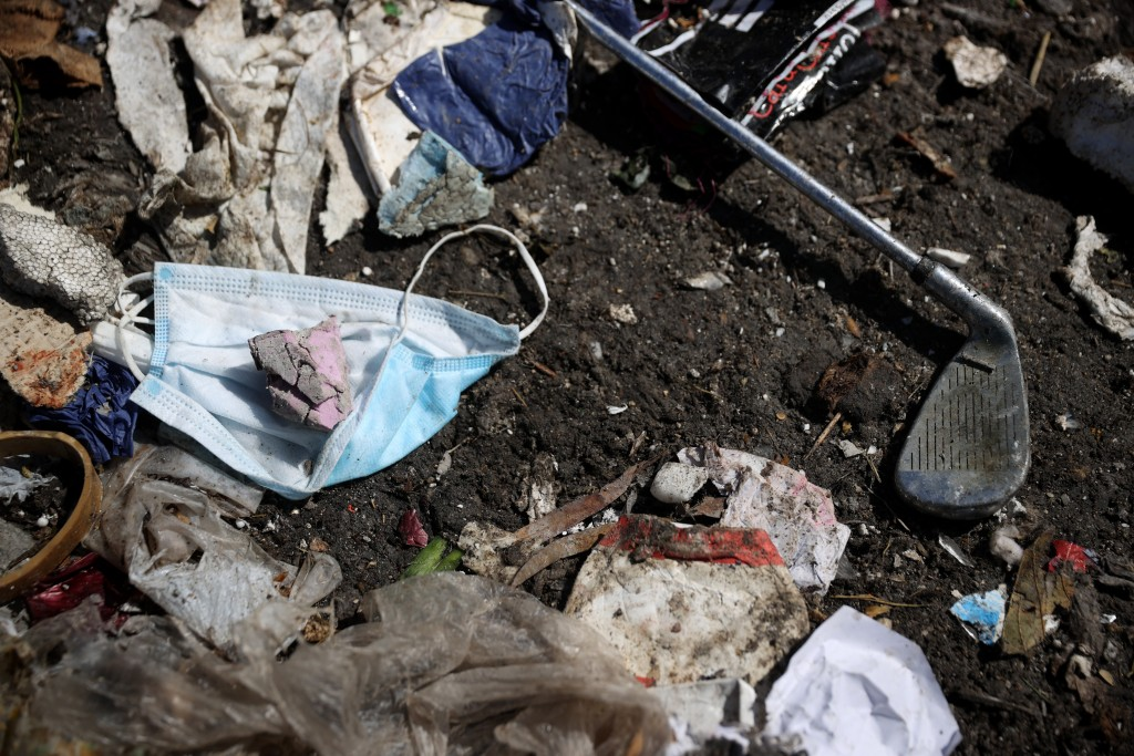 Incorrect disposal of masks has raised concerns of plastic pollution.(Getty Images)