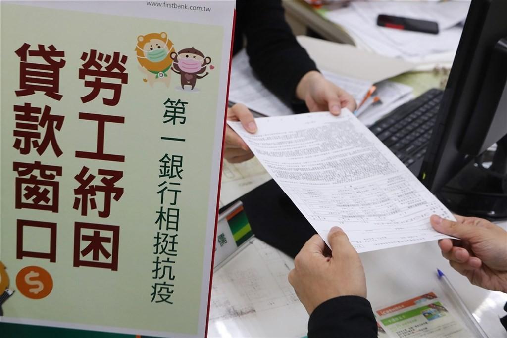 國家發展委員會27日在行政院會報告「加速因應新一波疫情紓困方案」,行政院長蘇貞昌聽取後裁示准予備查。