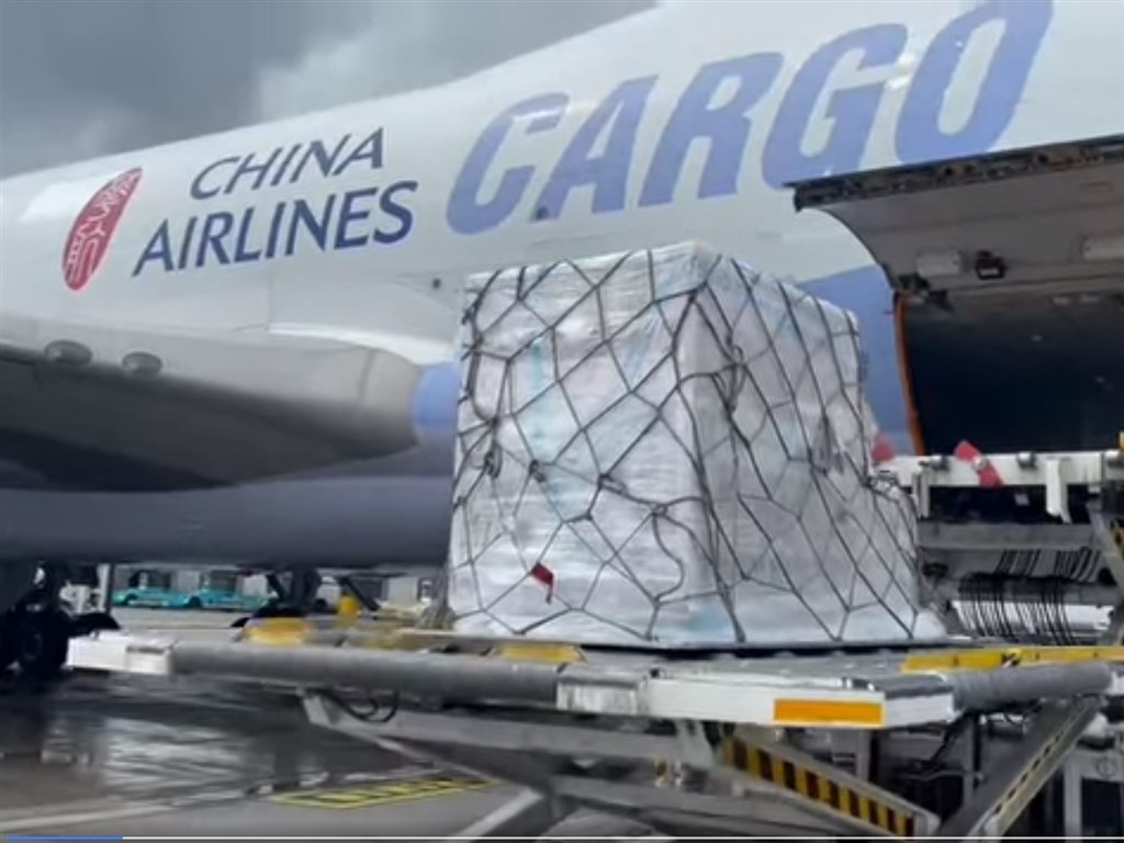 Moderna vaccines being loaded onto cargo plane in Luxembourg bound for Taiwan. (Facebook, gogogoeball photo)