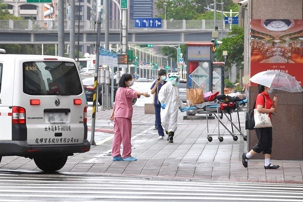 Taiwan to allow only COVID patients under 60 without chronic conditions to remain home