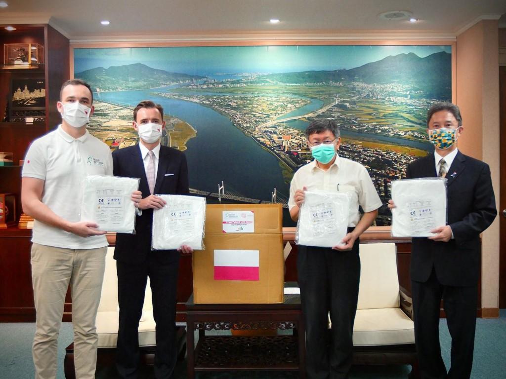 Poland donated 1,500 sets of PPE to Taipei City. (Polish Office in Taipei photo)