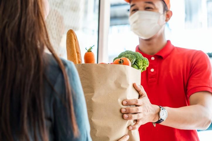 國內疫情延燒,建議民眾透過外送蔬菜,若需要外出購菜,一次買足、減少外出、買好就走、避免逗留以降低染疫風險。 (示意圖/Getty Imag...