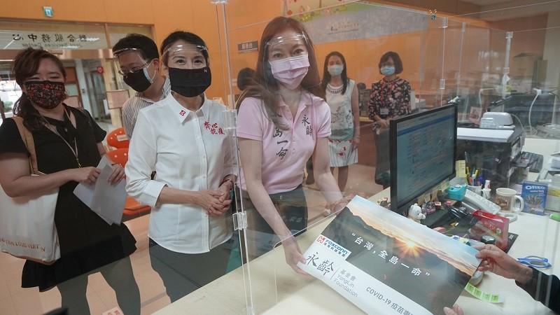 鴻海及永齡基金會創辦人郭台銘對外採購疫苗案,6月1日中午由妻子曾馨瑩(粉紅上衣者)代為遞件。(圖/郭台銘官方臉書)