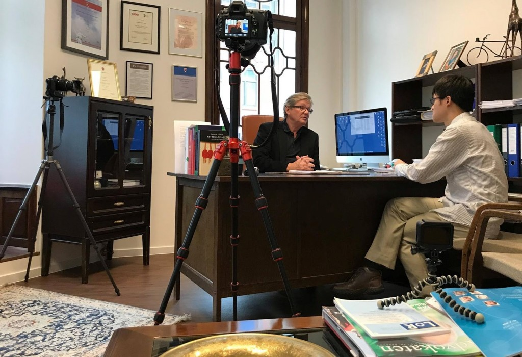 Joseph, leader of the Taiwanese in Norway Nationality Rectification Campaign, speaking with his lawyer. (Taiwan Digital Diplomacy Association photo)