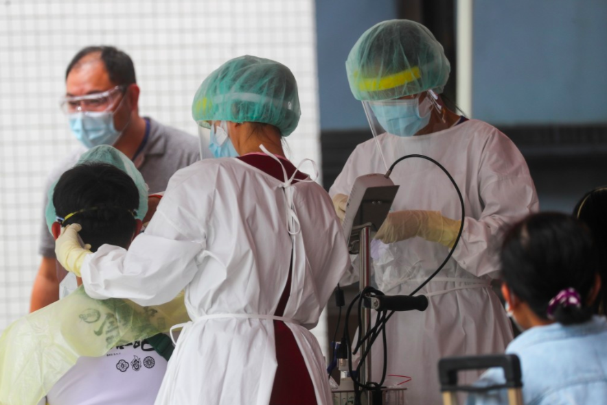 台灣疫情近期陷膠著,民眾施打疫苗意願急增,過半傾向接種國外疫苗而非國產。(圖/中央社)