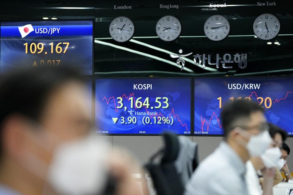 Stocks loiter around peaks as traders wait for data