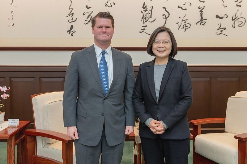 President Tsai(right)meets Randall Schriver in 2020. (Presidential Office photo)
