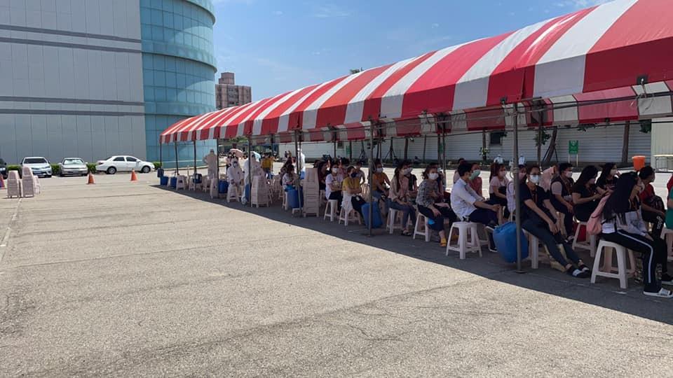 Migrant workers await rapid testing. (Facebook, Tseng Wen-hsueh photo)