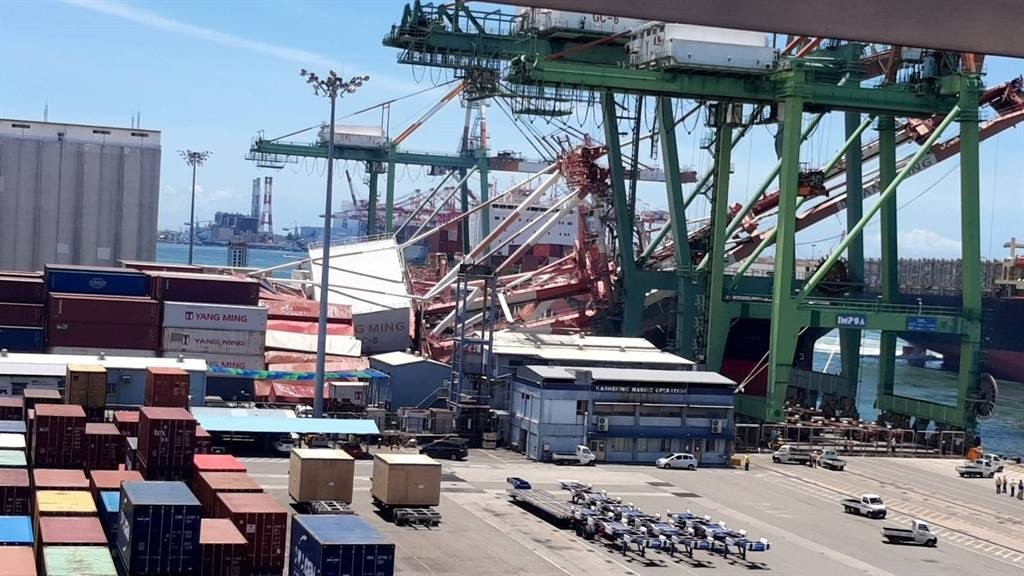Video shows massive container crane collapse at Kaohsiung port