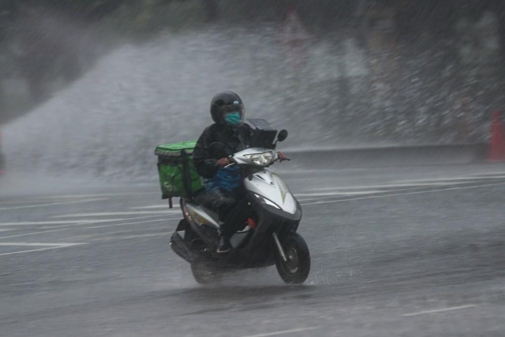 颱風彩雲外圍環流加上梅雨鋒面接近影響,4日台灣天 氣不穩定。