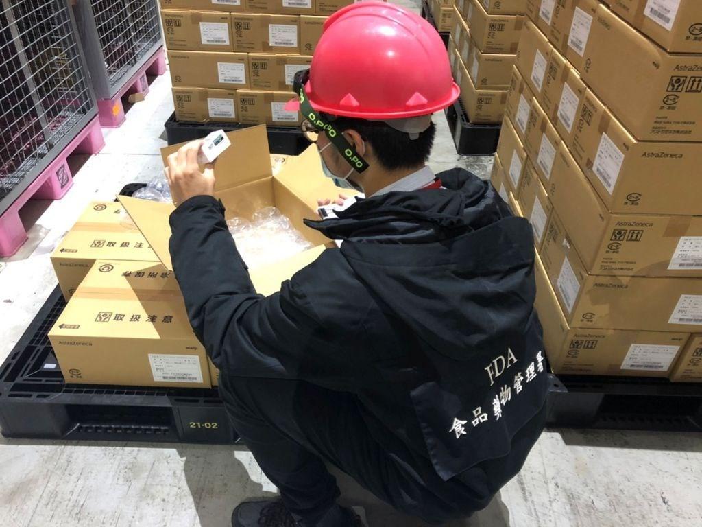 日本捐贈台灣AZ疫苗,食藥署已完成冷鏈查核與樣品抽取,並將樣品攜回實驗室進行檢驗,最快可於11日傍晚驗畢並核發封緘證明書。(衛福部食藥署提...