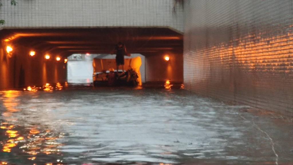 高雄市豪雨狂炸,多處地下道積淹水 。