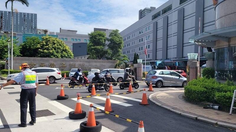 苗栗縣衛生局4日表示,為最快阻斷傳染鏈,中央防疫團隊已進駐京元電,開設前進指揮所,加速全公司快篩。中央社