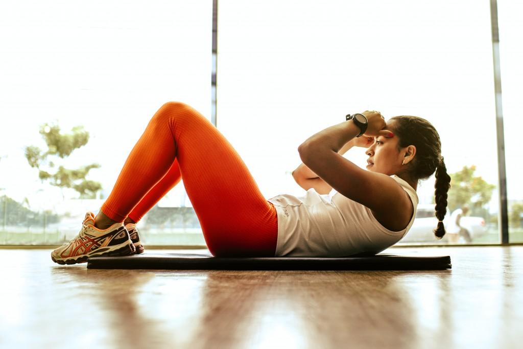 台灣三級警戒尚未解除,即使不能外出上健身房,仍然要好好進行居家運動以維持身材。(圖/unsplash)