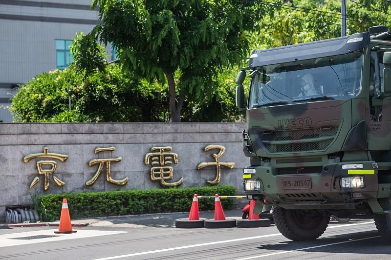 陸軍36化學兵群8日上午前往苗栗地區,並針對京元電子公司周遭等主要幹道進行消毒。(軍聞社提供)中央社