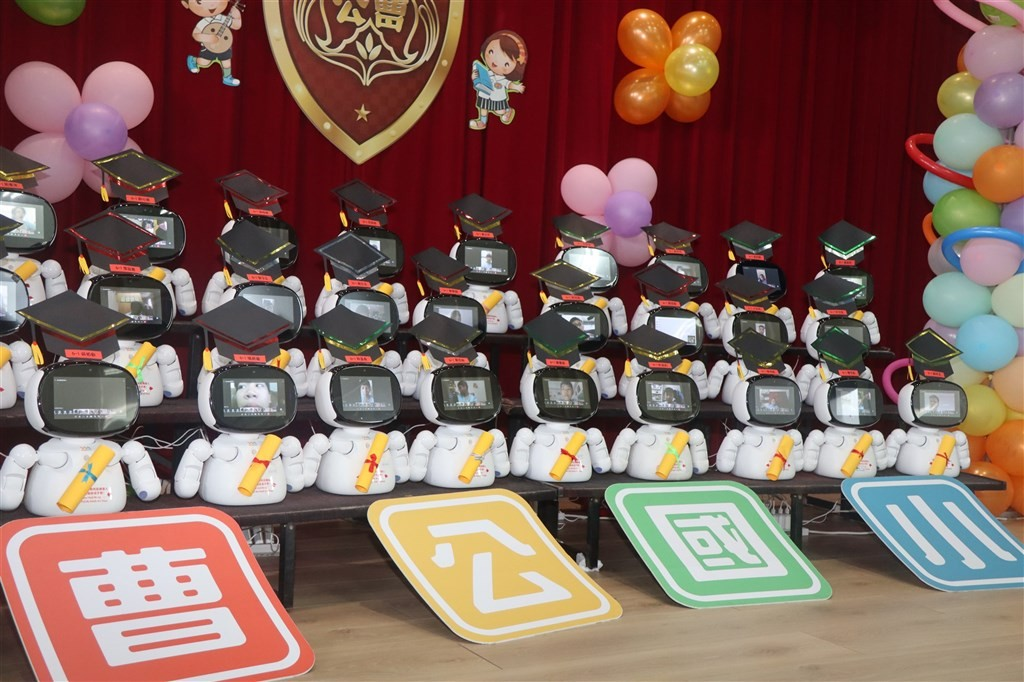 Elementary school in Taiwan's Kaohsiung holds robotic graduation
