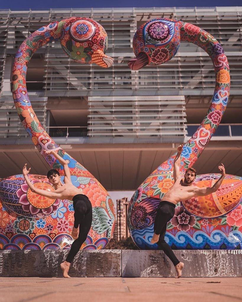 貝尼多爾姆市政府廣場前的洪易作品《天鵝》(圖/文化部)