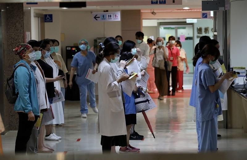 莫德納(Moderna)武漢肺炎疫苗9日開打,新北市獲配發9800劑,新北市立聯合醫院第一線醫護人員排隊等待接種疫苗。中央社