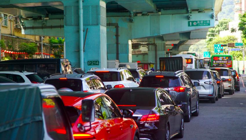 12日連假首日,土城交流道上午出現回堵車潮。(圖/中央社)
