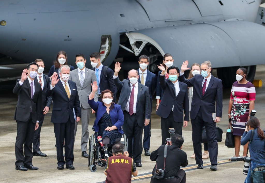 U.S. senators announced a donation of 750,000 vaccine doses during their June 6 visit to Taiwan