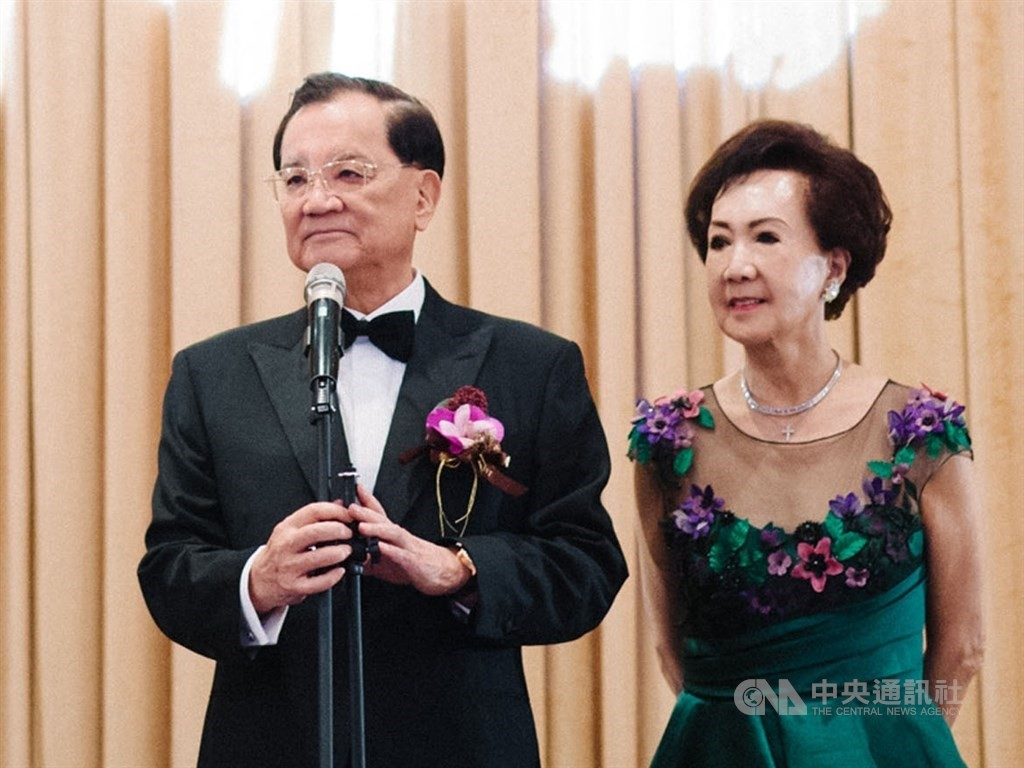 Former Vice President Lien Chan (left) and Lien Fang Yu
