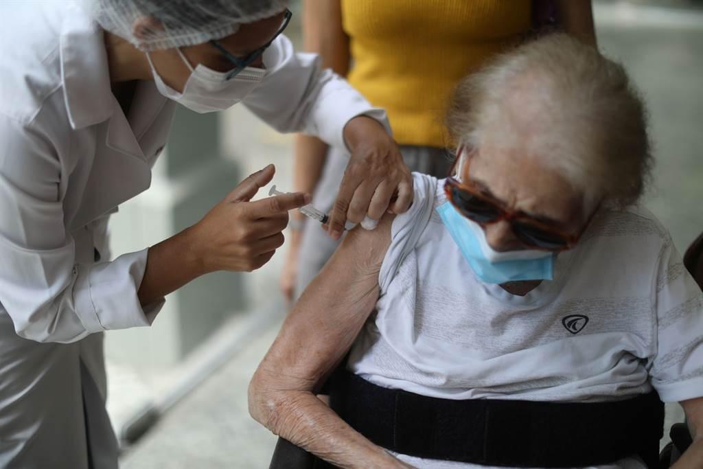 北市75歲以上失能長者逾5千人,可申請到宅接種疫苗。(圖/路透社)