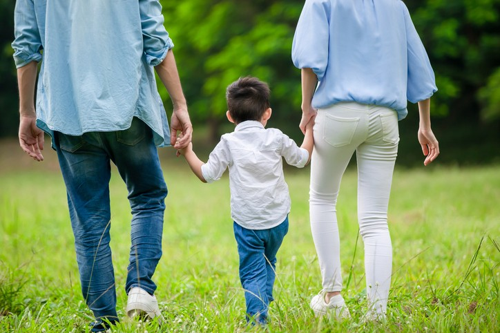 「孩童家庭防疫補貼」補助對象為國小以下孩童及國高中身心障礙生每人新台幣1萬元。 (示意圖/Getty Images)