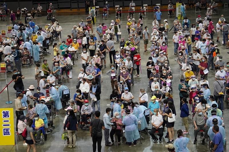 高雄市高齡長輩疫苗接種15日啟動,首波是87歲以上長者,漢神巨蛋體育館等56站同步施打,醫護採「宇美町式」讓長輩排排坐好接種,快速效率。...