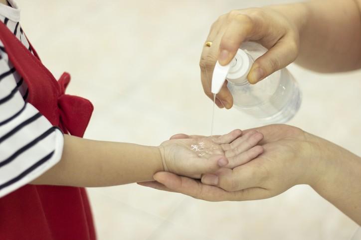 新冠疫情延燒全球,酒精已成為大家出門必帶的防疫小物,為此,小兒科醫師提出兩大挑選的原則。( 示意圖/Getty Images)