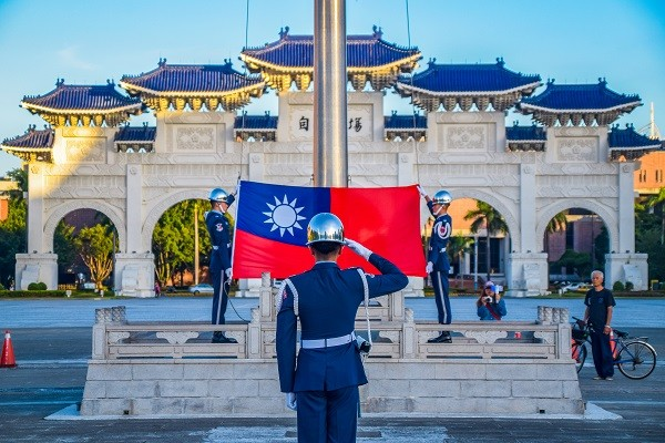 Honor guard raising Taiwan flag in Liberty Square. (gettyimages)