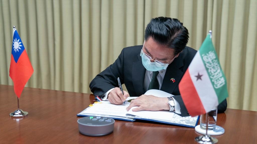 Foreign Minister Wu inkingTaiwan-Somaliland Medical Cooperation Agreement. (MOFA photo)