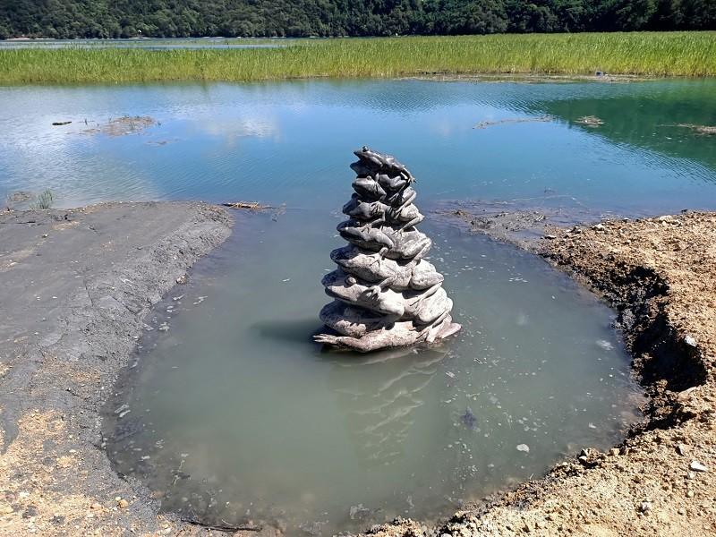 日月潭水位持續升高,17日上午蓄水率達84.56%,水位高度745.98公尺,先前因施工被套上帆布保護的九蛙疊像最新照片也曝光,水位已達最...