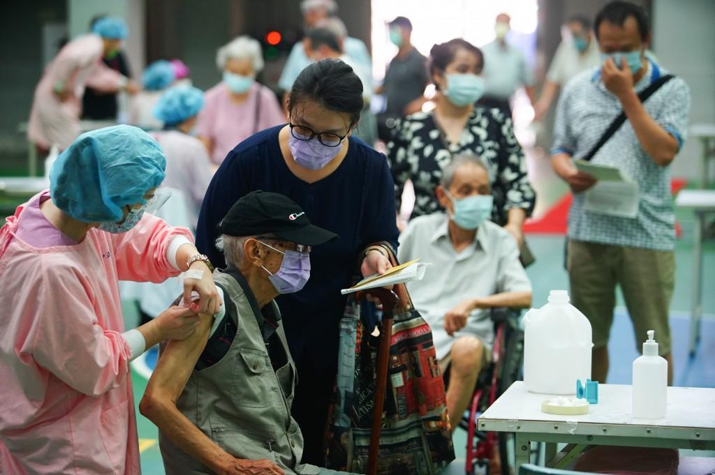 日本捐贈AZ疫苗15日持續開放給符合資格的年長者施打。